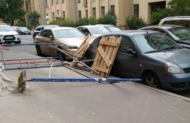 Деревянные палеты рухнули на машину на улице Мира