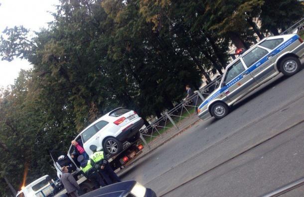 Эвакуатор пытался забрать машину с сидящим в ней водителем на Садовой