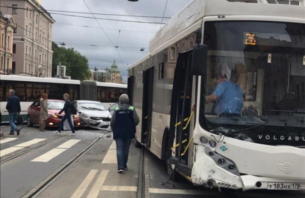 Две женщины пострадали в аварии с автобусом на Лиговском проспекте