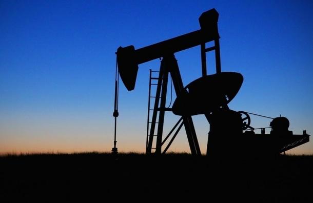Нефть слабо дешевеет, Brent торгуется у $56,7 забаррель