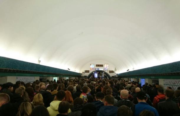 Поломка поезда на«Гостином дворе» заставила «умирать» «Василеостровскую»
