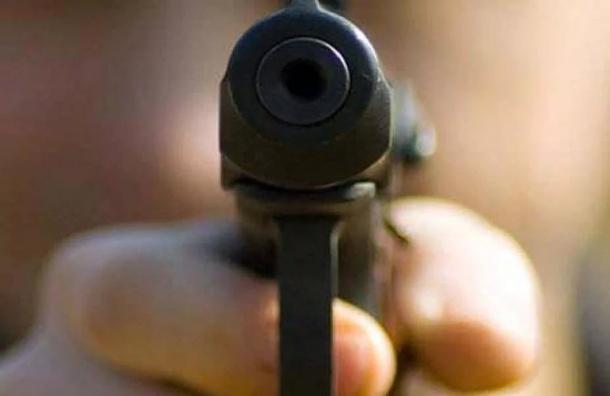 Разбойники с пистолетом ограбили салон связи на Ветеранов на 400 тысяч рублей