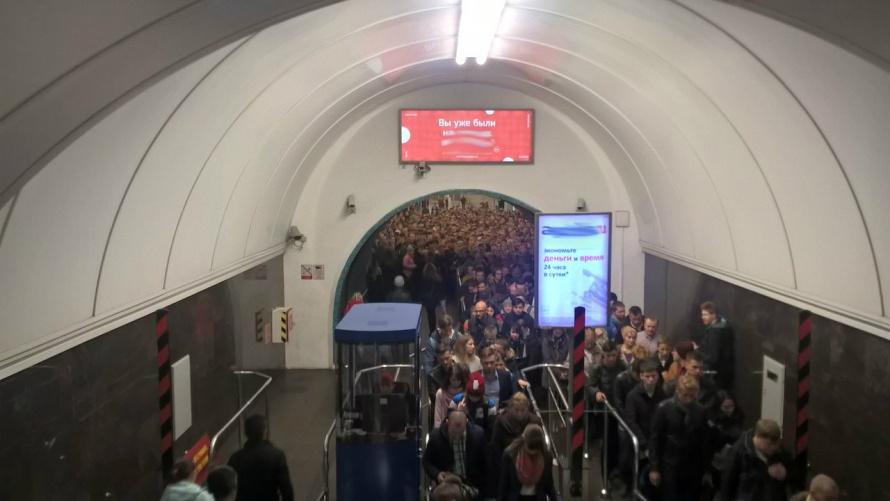 Из-за сломанного поезда сформировалась пробка на«Василеостровской»