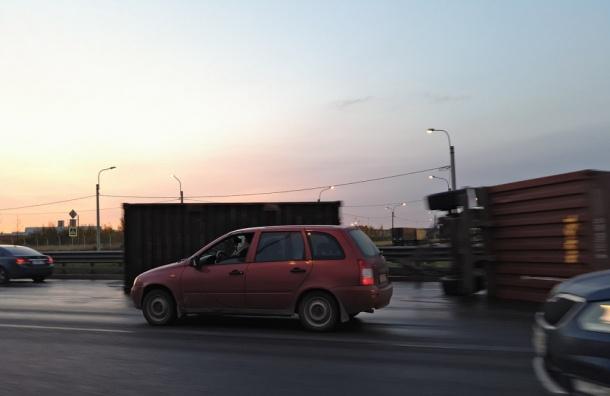 Петербуржцы застряли в многокилометровой пробке на КАД из-за ремонта дороги