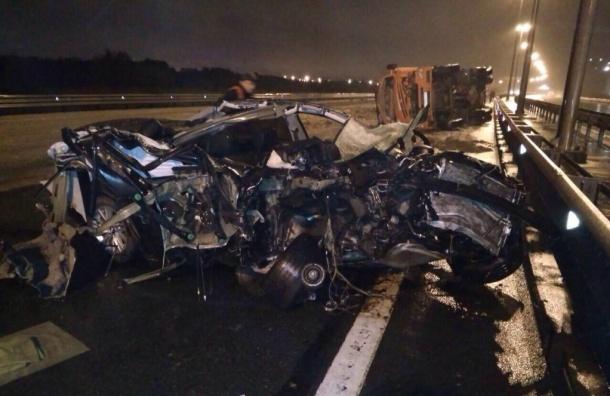 BMW на КАД после удара о самосвал превратился в груду металла