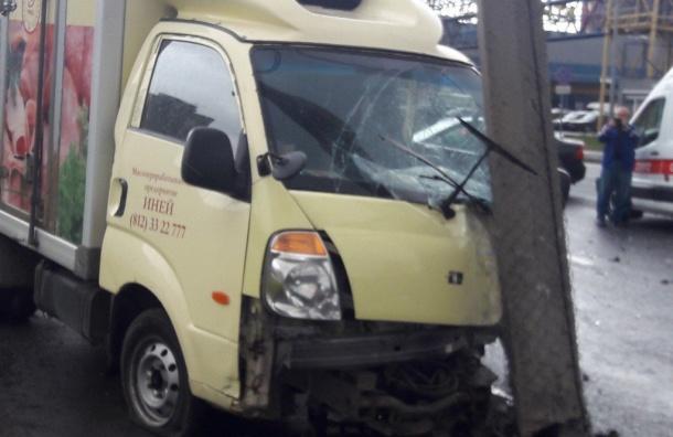 Водителю «Газели» зажало ногу в аварии на Уральской улице