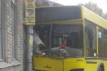 Автобус на Салова врезался в дом