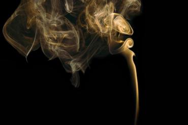 Минздрав поддержал запрет на курение у подъездов