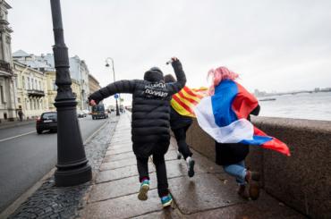 «Полицейский» преследовал протестующих изРоссии иКаталонии вцентре Петербурга