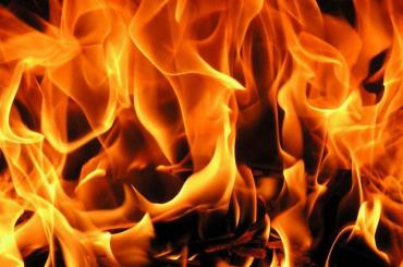 Мужчину спасли из горящего дома в Стрельне