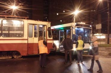 Трамвай врезался в автобус на Авангардной улице