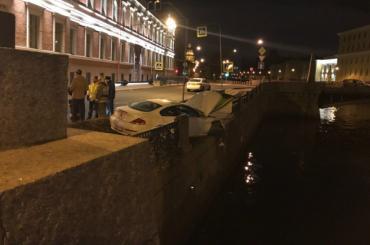 BMW снес ограду нанабережной Мойки