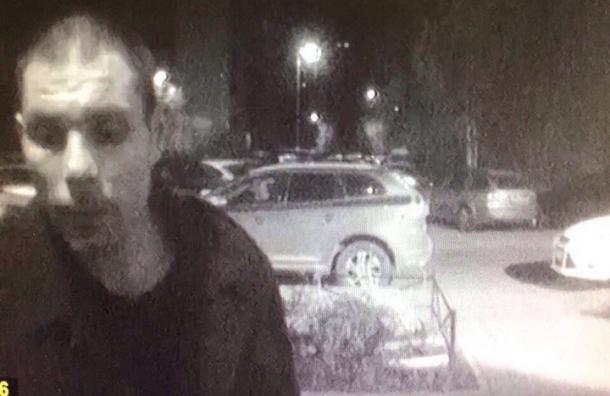 Разыскивается серийный насильник, надругавшийся над девушкой вПетербурге прямо вподъезде