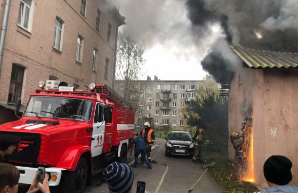 Загорелась подсобка в доме на Кондратьевском проспекте