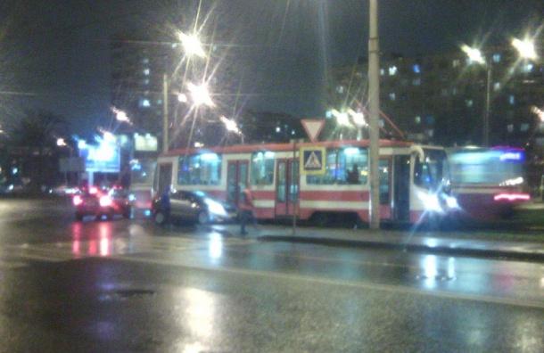 Трамвай протащил легковушку наПискаревке