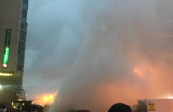 Фонтан горячей воды бьет вМосковском районе