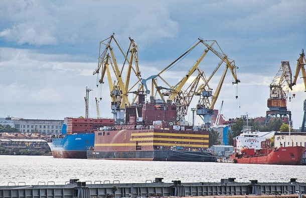 Дым над плавучей электростанцией напугал петербуржцев