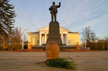 Художница пронесла холодец вформе головы Ленина поулицам Витебска
