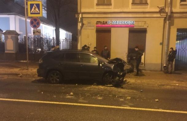 Нетрезвый шофёр Лексус въехал встудию маникюра наБольшом Сампсониевском вПетербурге