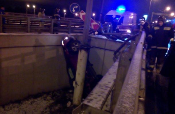 Размещены шокирующие кадры ДТП вПетербурге, где нетрезвый шофёр улетел сдороги