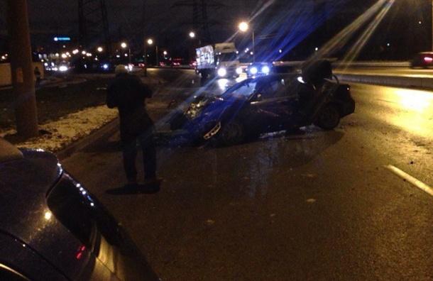Автомобиль снес столб вКрасногвардейском районе