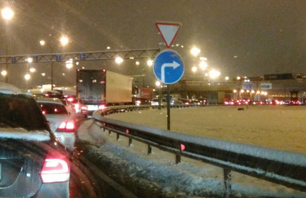 ДТП собрало многокилометровую пробку наКАД вПетербурге