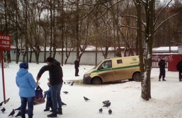 Машина инкассаторов ушла под лед вПетербурге