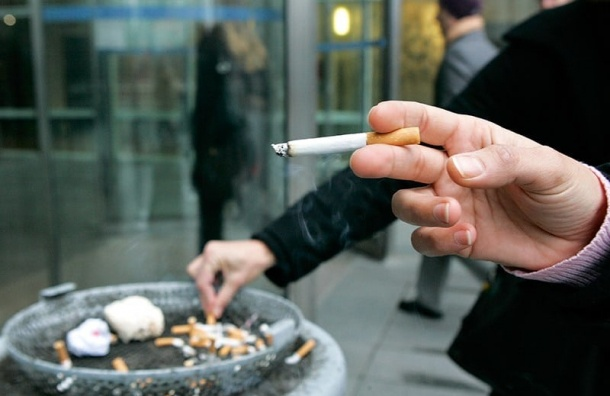 Правительство небудет запрещать курить возле парадных