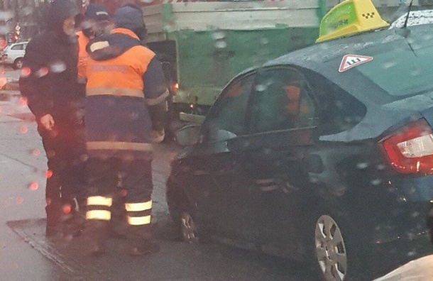 Такси провалилось под асфальт наСтуденческой улице