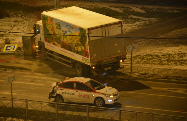 Грузовик снес светофор вКировском районе