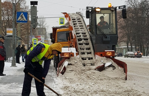 Снегопад вПетербурге: на дорогах работает 800 спецмашин