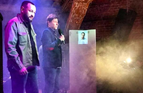 Петербургский депутат Анохин провел рэп-баттл скартонным Навальным
