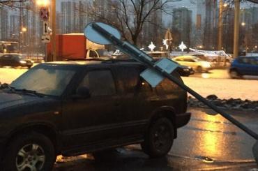Знак «парковка запрещена» упал наприпаркованную под ним машину