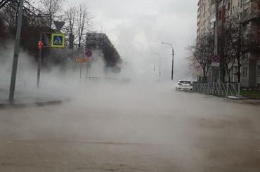 Улицу Шотмана окутало туманом из-за прорыва трубы