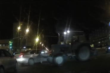Трактор протаранил легковушку наДолгоозерной