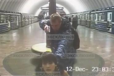 Сотрудник метро, угрожая пистолетом, поставил наколени пассажира