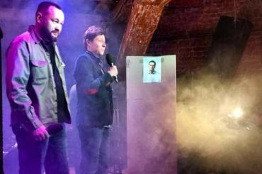 Опубликовано видео баттла депутата скартонной коробкой