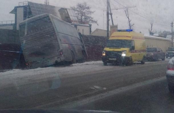 Пассажирский автобус вылетел вкювет навъезде вЯнино-1