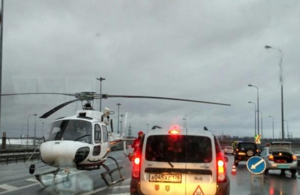 Вертолет эвакуирует пострадавших вДТП наКАД