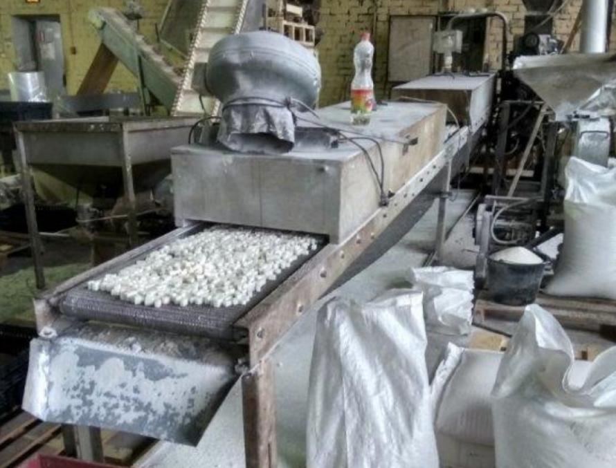 ВПетербурге кондитерская «Артель Сахар» хранила выпечку нагрязном полу
