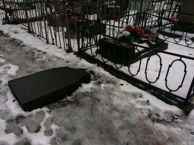 Вандалы осквернили свыше 30 надгробий накладбище вПетербурге