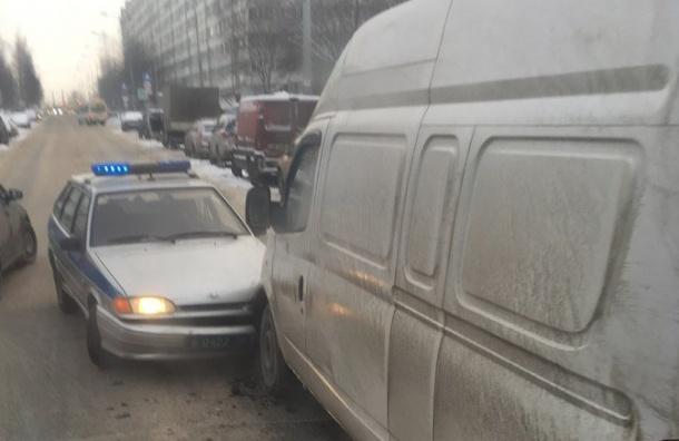 Машина вневедомственной охраны столкнулась смикроавтобусом наулице Жени Егоровой