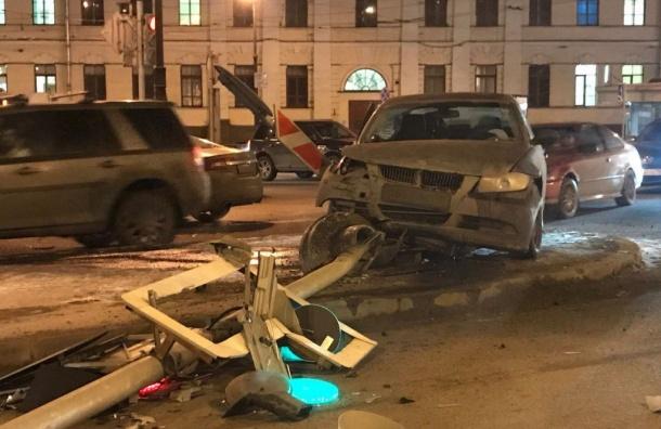 Светофор рухнул после столкновения двух иномарок нанабережной Макарова