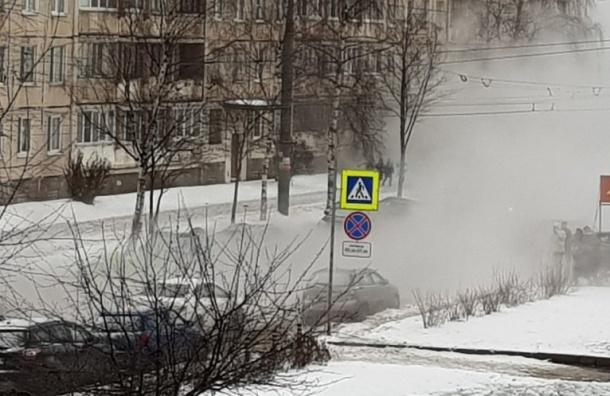 Прорыв трубы наулице Есенина вПетербурге устранили: движение открыли
