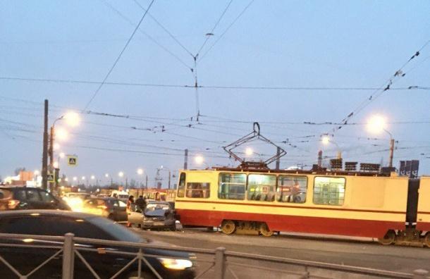 Трамваи остановились наДыбенко из-за ДТП