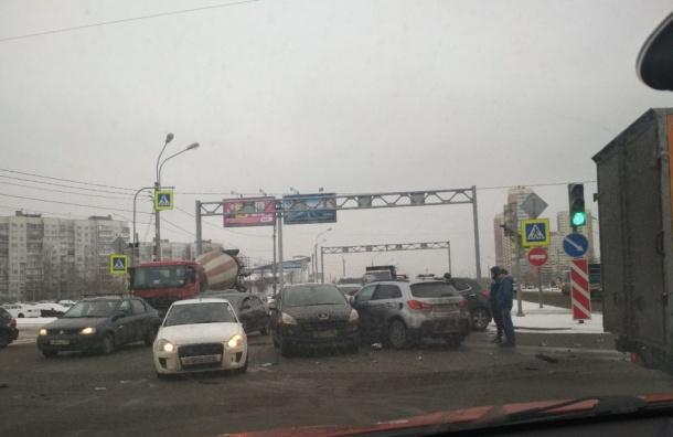 Иномарка наБухарестской собрала вкучу несколько машин