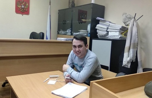 Координатор штаба Навального вПетербурге пожаловался наотношение кнему всуде