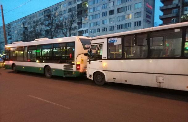 Автобус имаршрутка неподелили дорогу наюге Петербурга