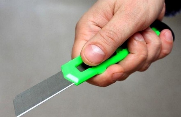 Петербуржца хотели убить канцелярским ножом