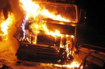 Три грузовика горели ночью наЛевашовском шоссе